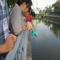 Bạn trẻ vớt rác, phóng sinh trên kênh Nhiêu Lộc